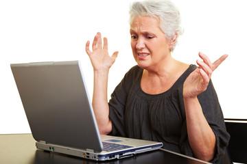 Verzweifelte Seniorin am Laptop