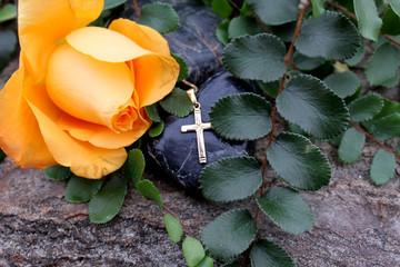 Rosenblüten mit Kreuz