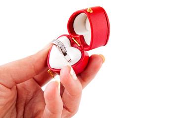 Mano femenina mostrando un anillo