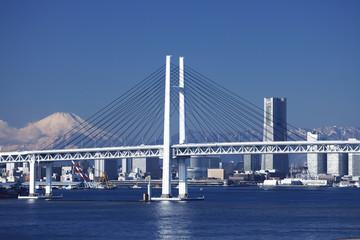 横浜ベーブリッジと富士山とビル