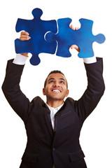 Geschäftsmann löst großes Puzzle