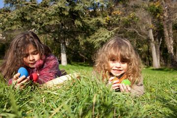 Deux enfants qui ont trouvé des oeufs.