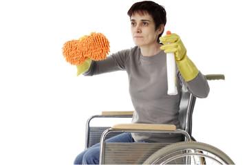 femme handicapé dans chaise roulante faisant son ménage
