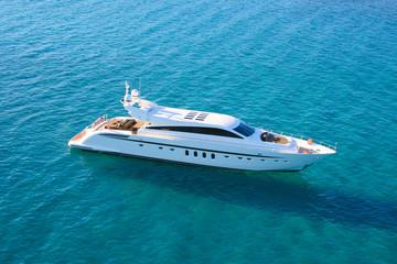 yacht en baie de cannes