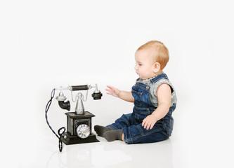 Baby spielt mit Telefon