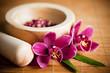 Composition zen - fleurs orchidée et mortier bois
