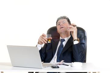 uomo beve alcolici e fuma