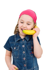 Mädchen telefoniert mit einer Banane