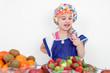 Kind mit Lolly vor Obstbuffet