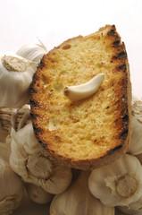 Fetta di pane con spicchio d aglio