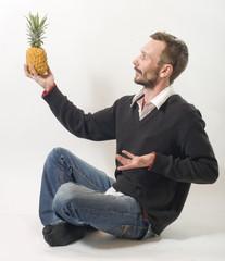 homme en admiration devant un ananas