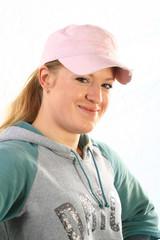 Junge sportliche Frau mit Mütze