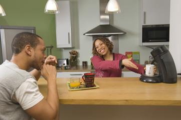 Femme proposant du café à son mari