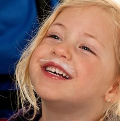 Kinderkopf. Portrait eines kleinen Mädchens.