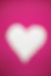 coeur blanc sur fond rose