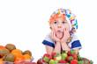 Mädchen denkt über Obst nach