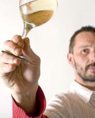 oenologue en dégustation d'un verre de vin blanc