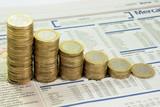 Quotidiano finanziario e monete in discesa poster