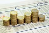 Giornale finanziario e monete poster