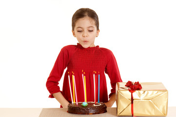 bambina che spegne le candele
