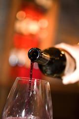 verres et bouteille de vin en gros plan