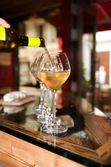 verres et bouteil de vin en gros plan