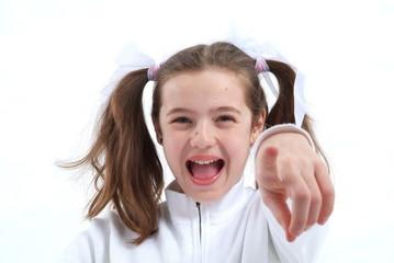 Eine junge, lachende Mädchen zeigt mit dem Zeigefinger auf Dich.