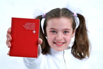 Ein Mädchen zeigt ihren Pass.