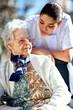 jeune personnel soignant assistant une personne agée