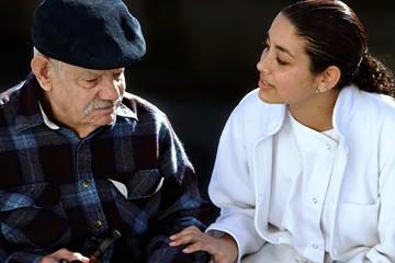 jeune personnel  soignant avec un senior