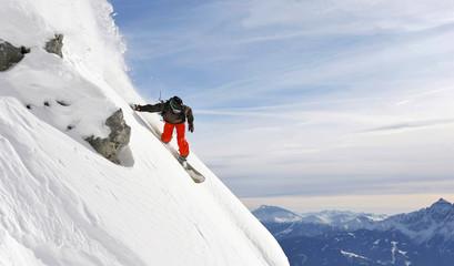 snowboarder in einem steilen Tiefschneehang