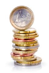 monnaies d'euros sur fond blanc