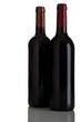 zwei rotwein flaschen isoliert auf weiß