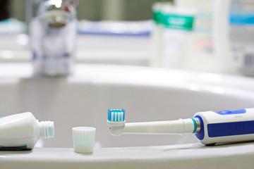 spazzolino elettrico con dentifricio