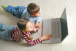 Blick auf Kinder mit Laptop