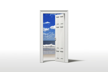 Tür zum Strand am Meer mit blauem Himmel