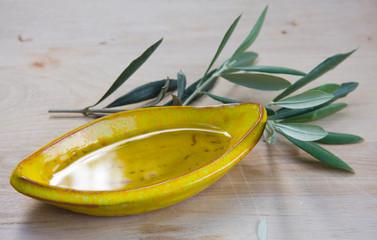 Schale mit Olivenöl