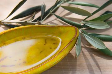 Schale mit Olivenöl und Zweig