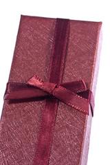 Caja de regalo aislada sobre fondo blanco