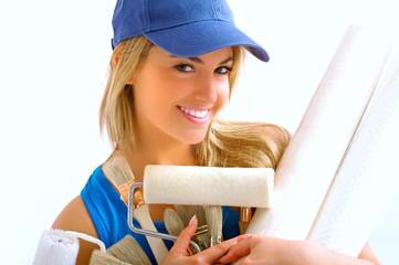 jeune femme sur chantier de peinture