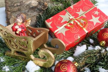 Weihnachtsgeschenk im Schnee