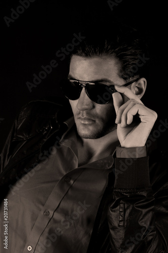 Poster Cool male fashion model with sun glasses