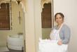 Femme de chambre dans un hôtel - ramasser des serviettes