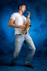 uomo che suona il sax