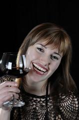 Frau mit Rotwein und verfürerischem Lächeln Blick