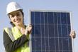 Architektin hält einen Solarmodul