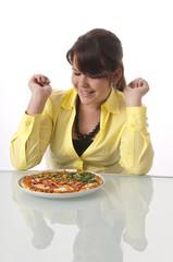 Mädchen freut sich auf eine leckere Pizza