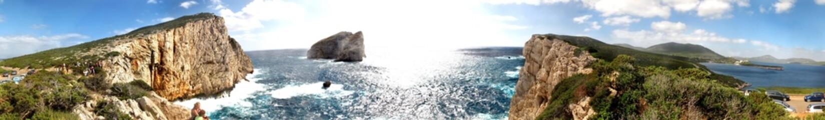 Panorama marittimo, rocce su cielo blu controluce