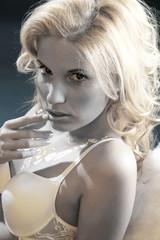 Blondine goldig in schwarzweiss