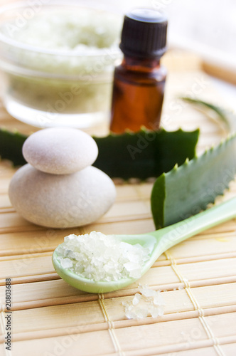 Aloe bath salt and leaves